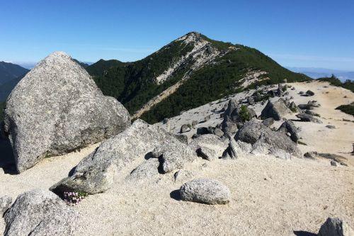 巨岩と白砂と観音岳