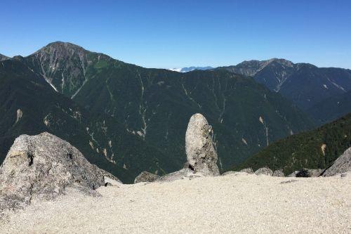 巨岩と北岳と仙丈ヶ岳