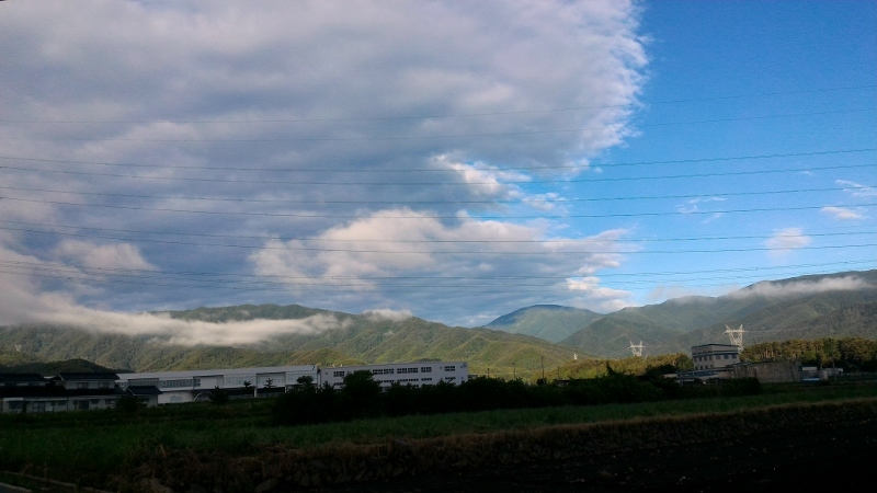実家上空に漂う雲と鉢盛山