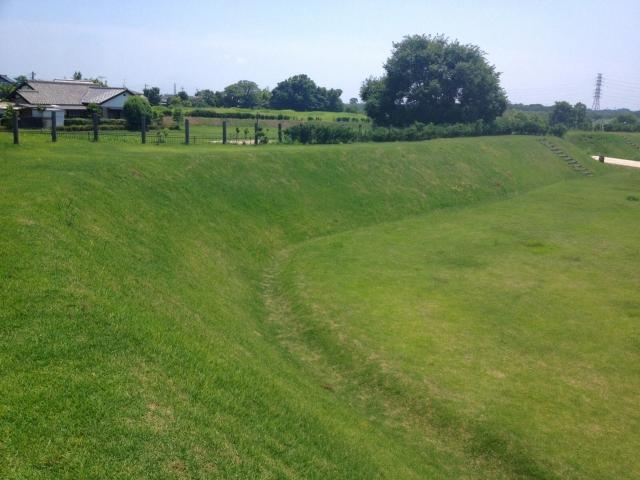 土塁の芝生の緑も眩しい。