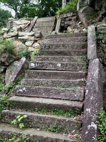 崩れた石段。