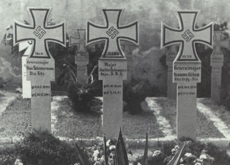 Grabkreuz_Generalmajor Max Sümmermann(L)_Hans-Joachim Schräpler_Generalmajor Neumann-Silkow(R)