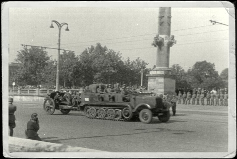 Bordeaux_parade_1 Juli 1940_Artillerie Rrgiment 78_SdKfz 6_10.5cm leichte Feldhaubitze 18