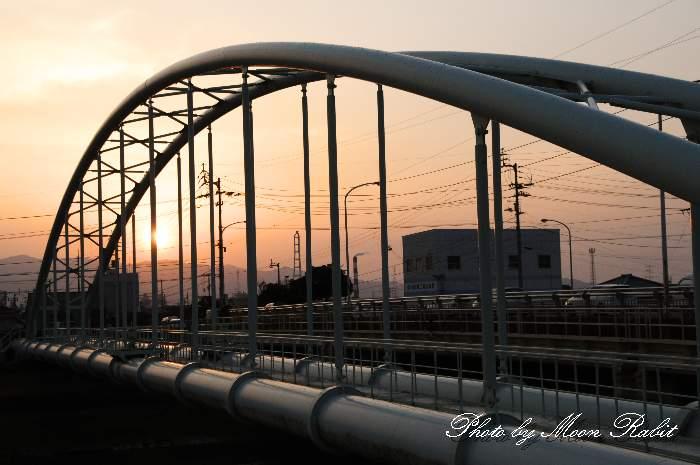 渦井川水管橋の日暮れ 愛媛県西条市玉津
