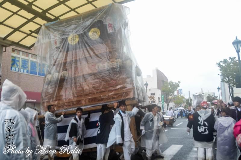 雨中の統一運行 東町だんじり(屋台)
