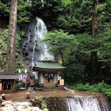 8滝と神社