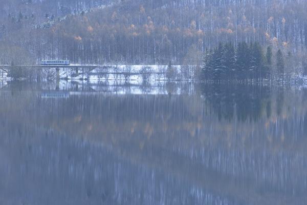 晩秋の湖畔a