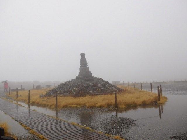 11月27日 無雪期の慰霊碑
